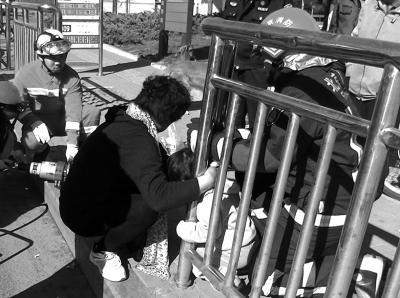 北京2岁女童头部卡入护栏 消防破拆将人救出
