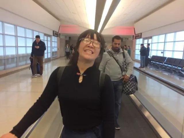 余秀华去往美国的路途中,她将参加斯坦福大学的交流活动。这是余秀华第一次出国。摄影/范俭