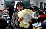 """郑州初中美女老师收到学生几百封""""情书"""""""