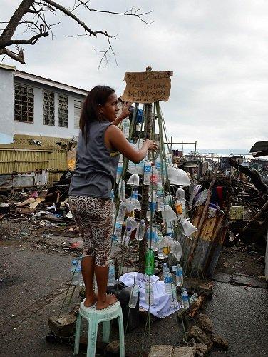 菲律宾灾民废墟里苦中作乐 废品搭起圣诞树