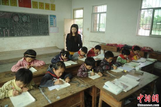 """中国10年招60万特岗教师 成乡村教师""""换血一代"""""""