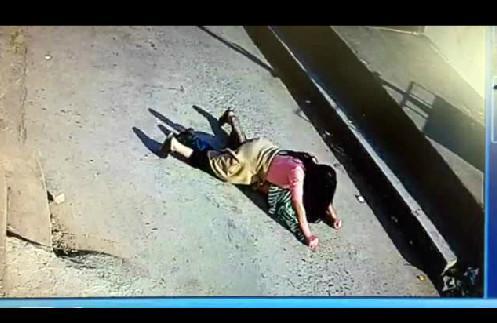 7岁男童被女子当街拖走 高喊不是妈妈
