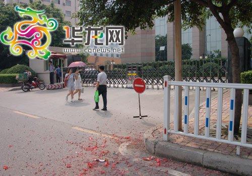 在重庆市人民检察院门口,还能看见人们放鞭炮庆祝的痕迹-网友供图