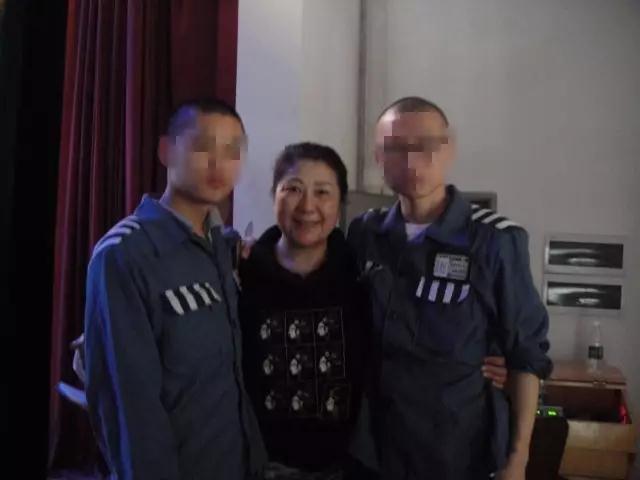 肖宇(右一)和狱友与孟繁英的合影。