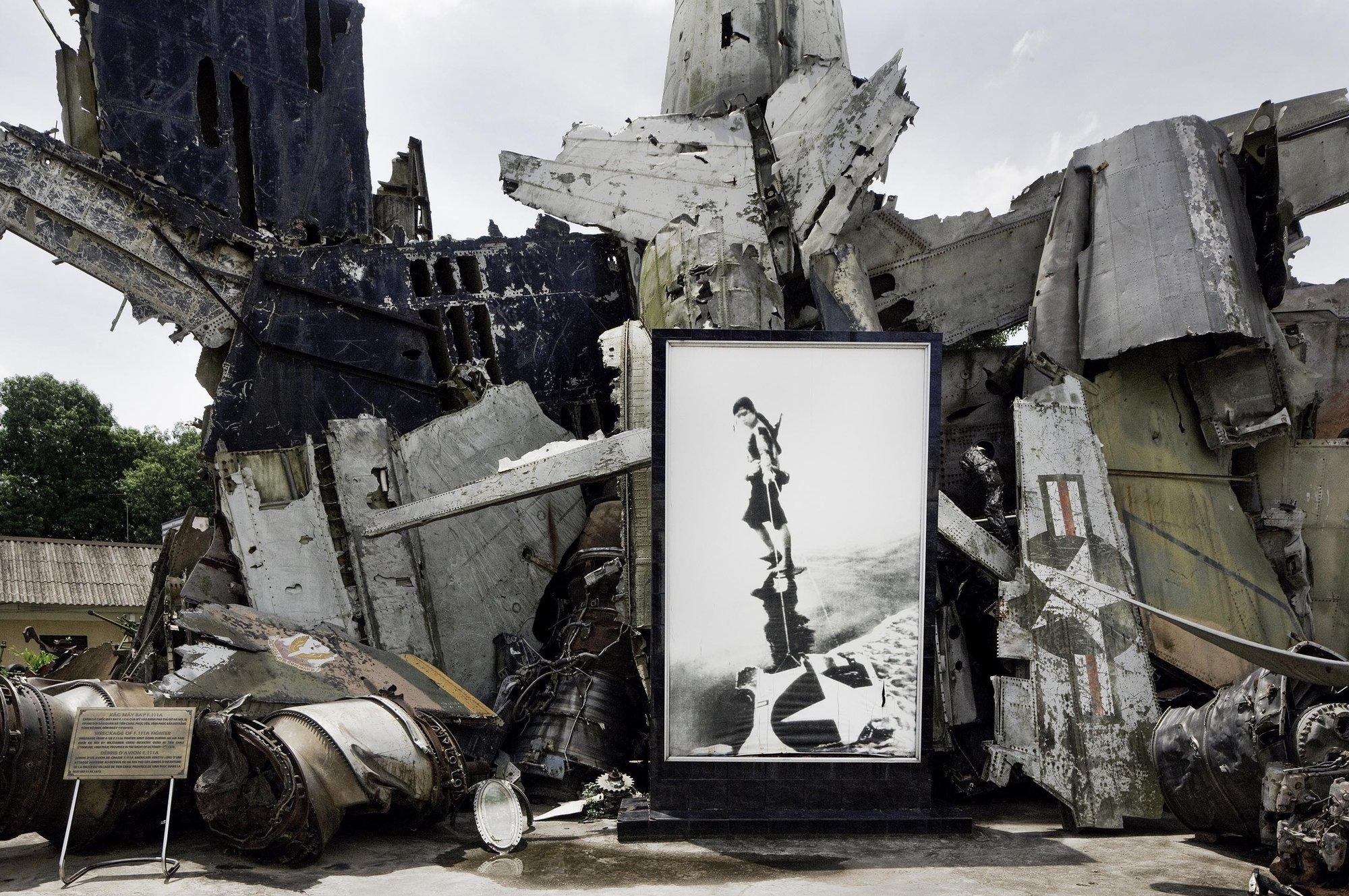 位于河内的越南军事博物馆,展出的被毁法国和美国飞机。摄影/Sam Sweezy
