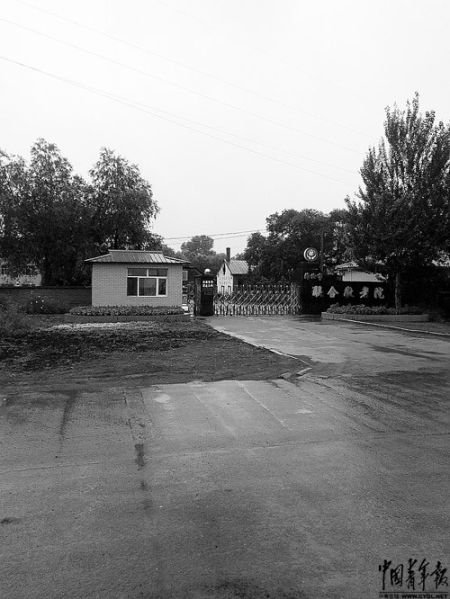 7月28日,黑龙江省海伦市联合敬老院大门紧闭,出入要登记身份证,记者入内采访要通过宣传部。7月26日凌晨,该院特护住院处发生火灾,造成11名院民死亡。本报记者 李丽摄