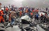 茂县滑坡救援现场:搬大石块救援