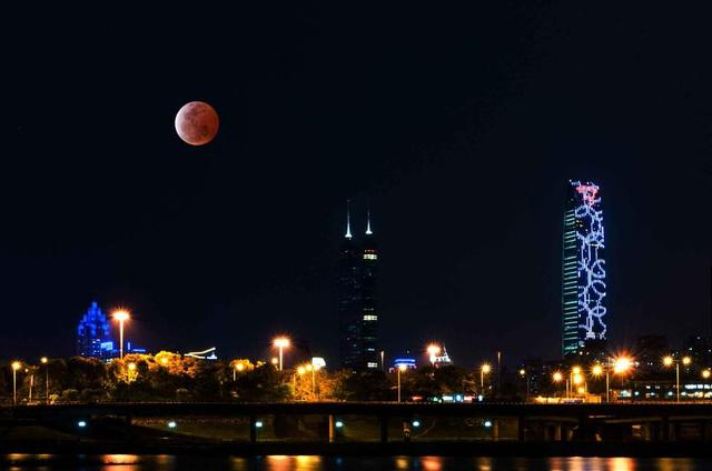 """全球多地出现""""红月亮""""134年来持续时间最短"""