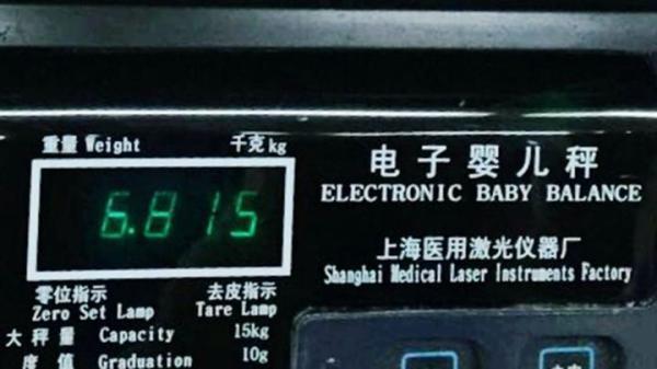 """浙江一产妇生下13.6斤巨婴 """"醒着几乎都在吃"""""""