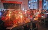 学校停电高三生点蜡烛自习 学生:为了高考多考一两分