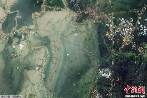 近日,美国宇航局公布了一组由卫星拍摄的泰国大城府遭洪灾侵袭的图片。由于洪峰逼近,泰国首都曼谷市民大疏散,争相离开曼谷。