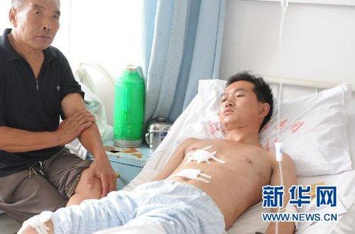组图:河南凤凰岭矿区爆炸事故伤员接受救治