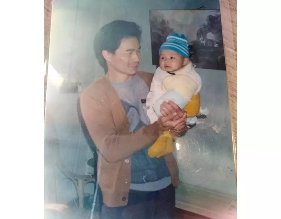 父亲抱着不足一岁的我