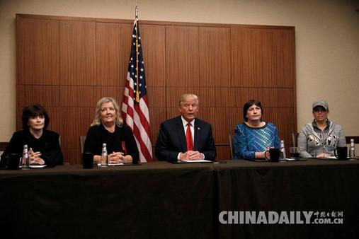 美国总统大选第二场电视辩论开始前,特朗普同宝拉· 琼斯、胡安妮塔· 布罗德里克、凯瑟琳· 威莉和凯西· 谢尔顿(从左至右)四名指控前总统克林顿性侵的女士召开媒体见面会。(图片来源:路透社)