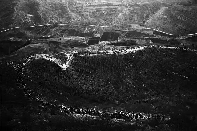 2005年3月23日,河南省偃师市。赶庙会的人们,行走在蜿蜒崎岖的山路上。