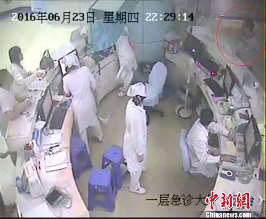 病人带朋友砸伤女护士 砸烂8块1斤重牌子(图)