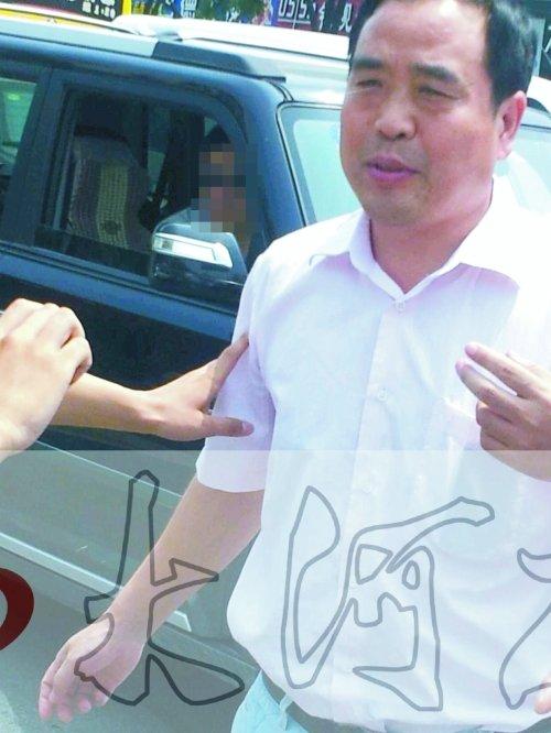 高清图—济源警车(豫UD001警)鸿运楼东撞人 领导怕热拒下车
