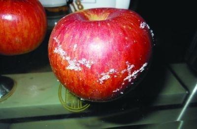 网友曝五个苹果刮出半斤蜡 工业蜡危害健康