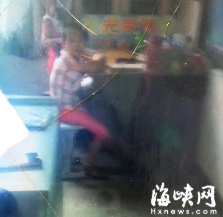 """孩子太闹被安排坐角落上课 学校:纯属""""无奈"""""""