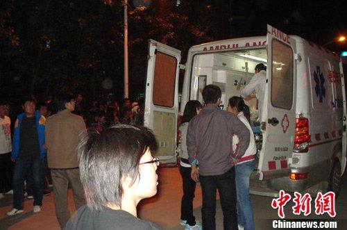 16日晚,河北大学校园内的事故抢救现场。