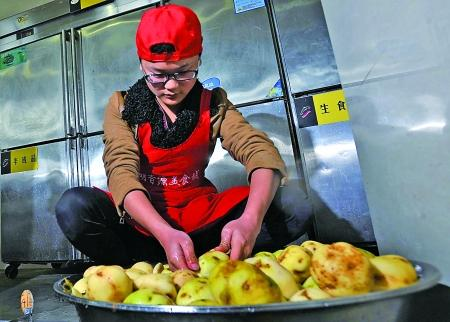 小涛在厨房里洗菜 记者 李化 摄