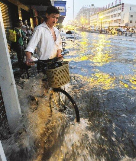 四川暴雨至少致3人遇难 成都内涝严重交通瘫痪