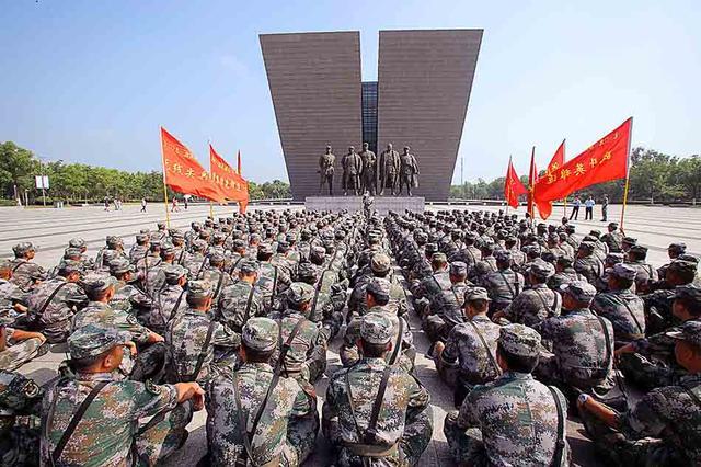 十二集团军机步某旅抗洪间隙参观渡江战役纪念馆