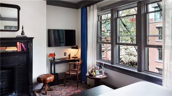 透过窗户可以看到老街区的风貌与精致,在室内的小角落,一款简单的台灯图片