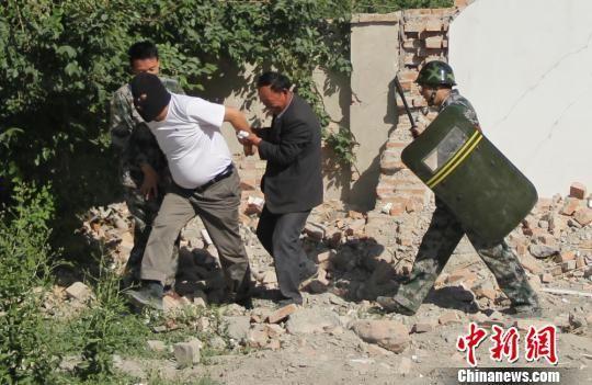 新疆焉耆县查汗采开村举行联合反恐维稳演练