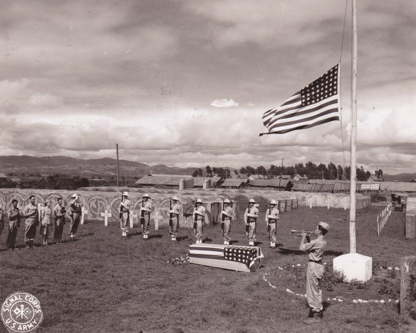 安息号在美国军队土葬仪式上奏响, 悼念来自密歇根州兰斯 475步兵团的谢尔顿・罗伯特一等兵。亨德里克五级技术军士拍摄于中国昆明,1945年7月17日