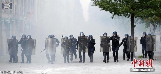 法国反劳动法罢工抗议不断 十余万人再次走上街头