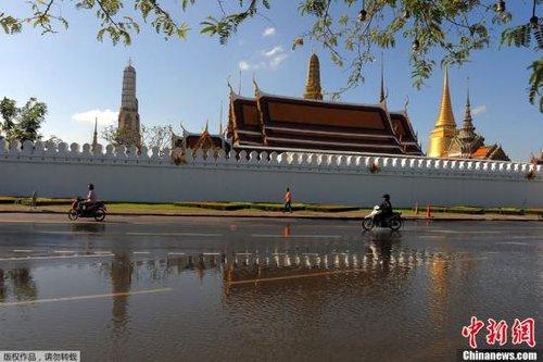 10月28日,曼谷多个主要景区已经有没踝深的积水。