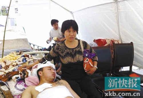 芦山母亲为救被埋儿子顶起百斤重房板(图)
