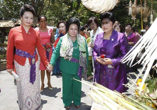 彭丽媛穿印尼纱笼与APEC其他领导人配偶合影