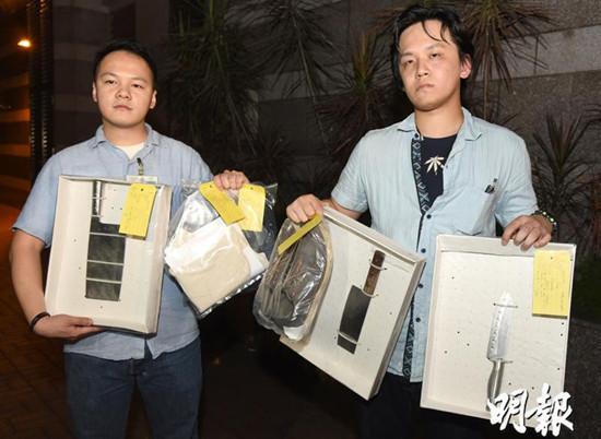 警方展示菜刀等证物。图自香港《明报》网站