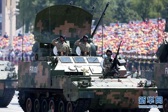高射炮兵方队接受检阅