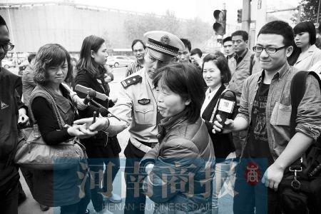 面对交警的耐心讲解和教育,闯红灯的大姐都感到不好意思了。