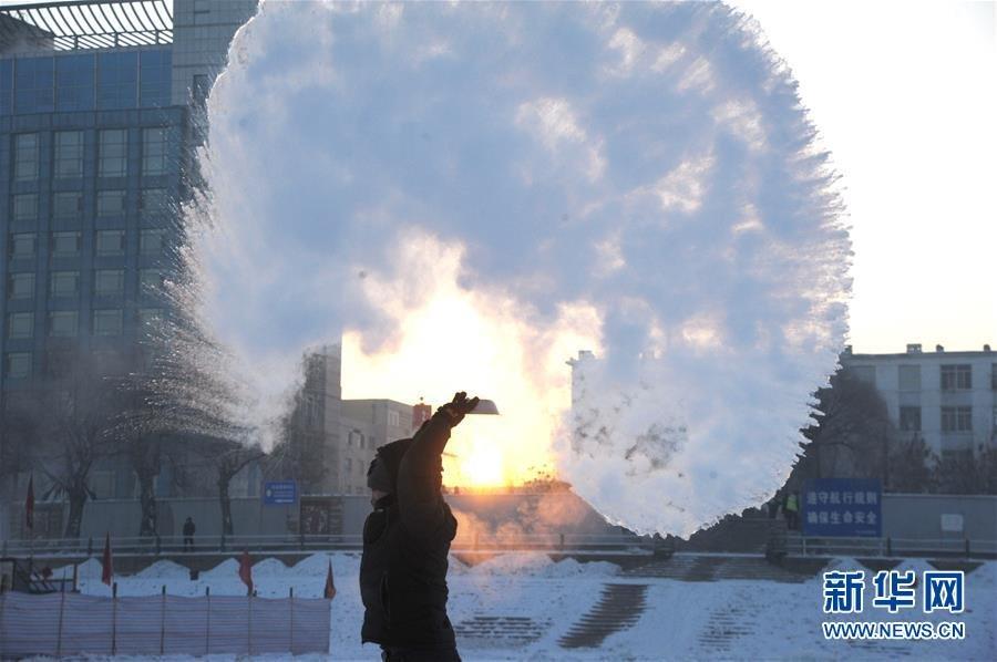 哈尔滨市民向空中泼洒热水 瞬间凝成冰凌(组图)