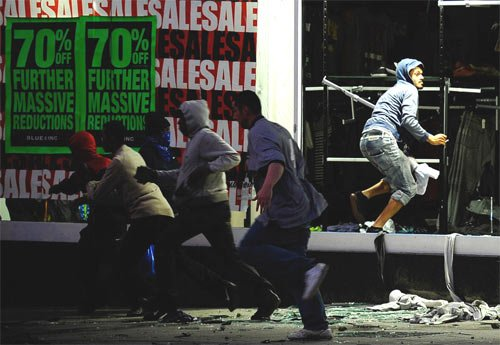 伦敦骚乱蔓延至英国多地 首相紧急回国应对