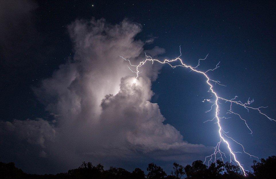 """罕见的""""环形""""闪电。"""