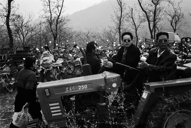 2005年4月9日,河南省偃师市。乡村庙会停车场上的拖拉机驾驶员。