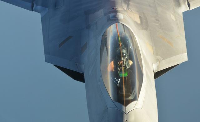 组图:美军猛禽战机空中加油奔赴叙利亚空袭