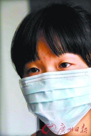"""""""饥饿女童""""随母亲回到香港 母女已分离4年"""