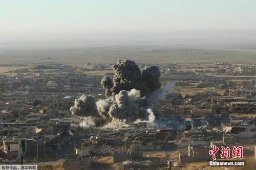 """资料图:当地时间2015年11月12日,伊拉克北部重镇辛贾尔,库尔德自治区武装在以美国主导的""""国际联盟""""空中支援下,突破了""""伊斯兰国""""武装分子设在辛贾尔外围的防线。"""