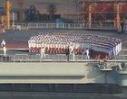 水兵正在甲板上彩排合影