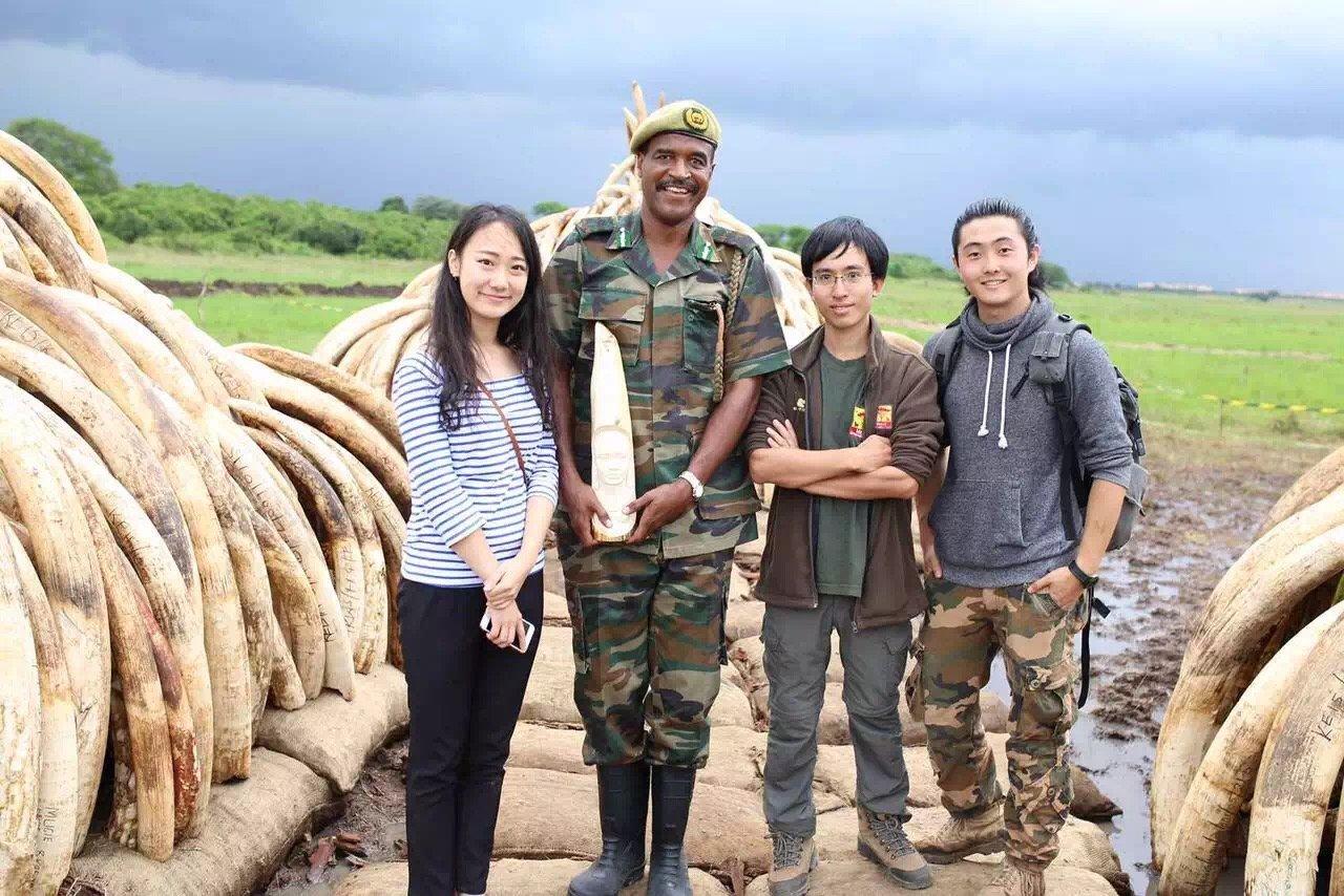 黄泓翔(右二)在内罗毕国家公园象牙焚毁现场。