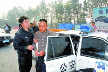 河南轮奸案疑犯潜逃11年 公安局给其办新身份证