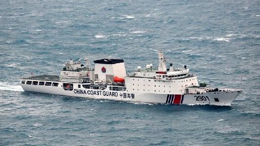 菲渔船挑战我黄岩岛实控能力 被执法船拦截