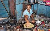 印度奇人徒手伸进油锅做小吃 45年未被烫伤