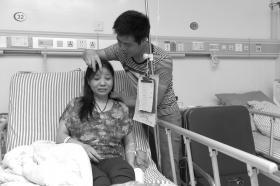 6月11日,湘潭市,刘术良正在病床前?#23637;?#19981;慎坠入地下排水沟的妻子胡菊元。图/通讯员朱亚军